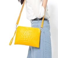 CHENSON真皮 清爽通勤 可斜背的包中包/隨身包 黃色(W00659-L)